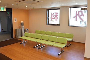 吹田 千里山のふじた整形外科・設備紹介ページの写真コーナー。待合コーナーの様子です。